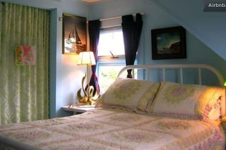 QUEEN BEDROOM - Annabelle's on Pond - Bed & Breakfast