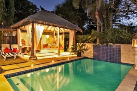 Sea La Vie is a beach house a few steps to the beach where you may relax , swim, fish, golf or just enjoy sunrise or sunset drinks ,close to the Daintree Rainforest ,Mossman Gorge, Tropical   sea breezes, listen to the ocean , breath  fresh air !