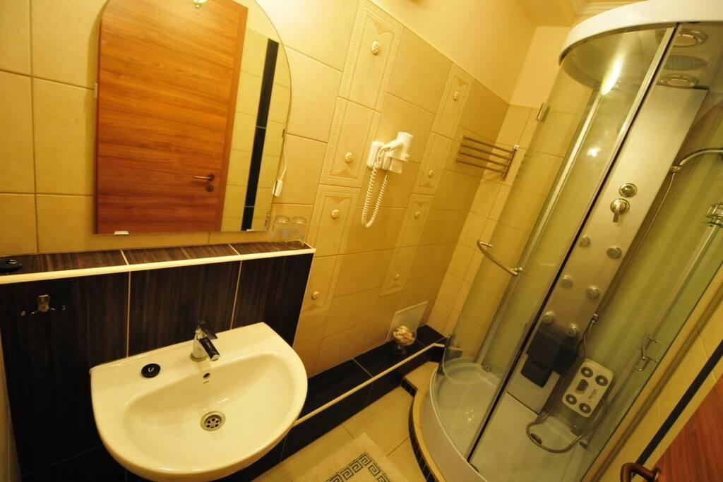 hidromaszázs zuhanyzós fürdőszoba