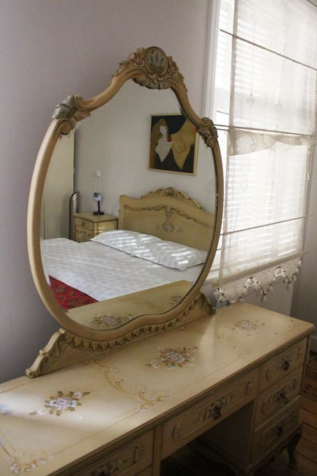 Bedroom on the top floor. You'll feel like waking up in the 1950's Istanbul!