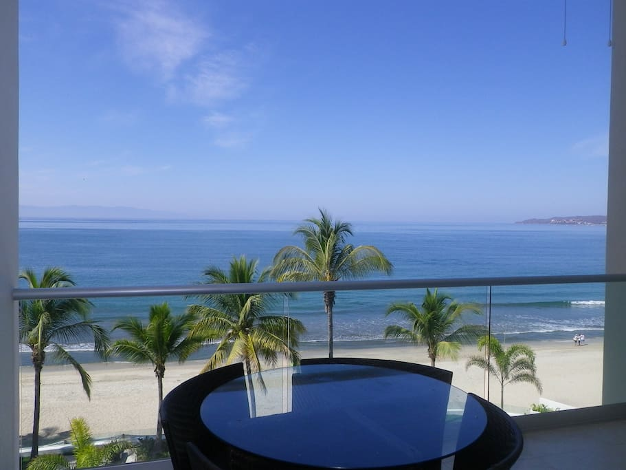Infinity pool with jacuzzi, in-pool chaise lounges and wading pool