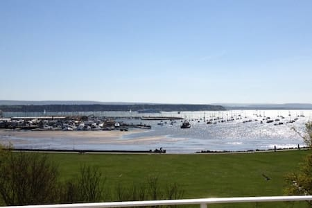 POOLE HARBOUR VIEWS FROM THIS ONE-BED FF APARTMENT - Poole - Huoneisto