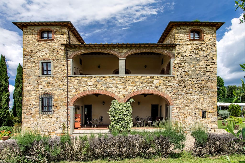 Built in the 17th century in the Sienese stone architectural style this villa is within walking distance of Bucine train station