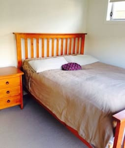 QUIET PRIVATE ROOM CLOSE TO AIRPORT - Bed & Breakfast