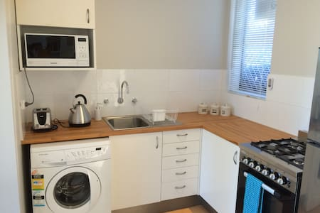 NORTH PERTH living 4 km to CBD w free parking+WIFI - Apartment