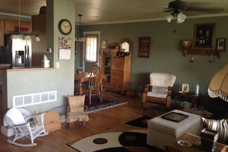 Updated Home in Quiet Area - Rantoul - Hus