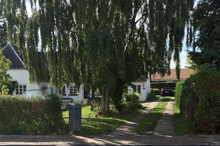 Familiehus ved  by, skov og strand - Maison