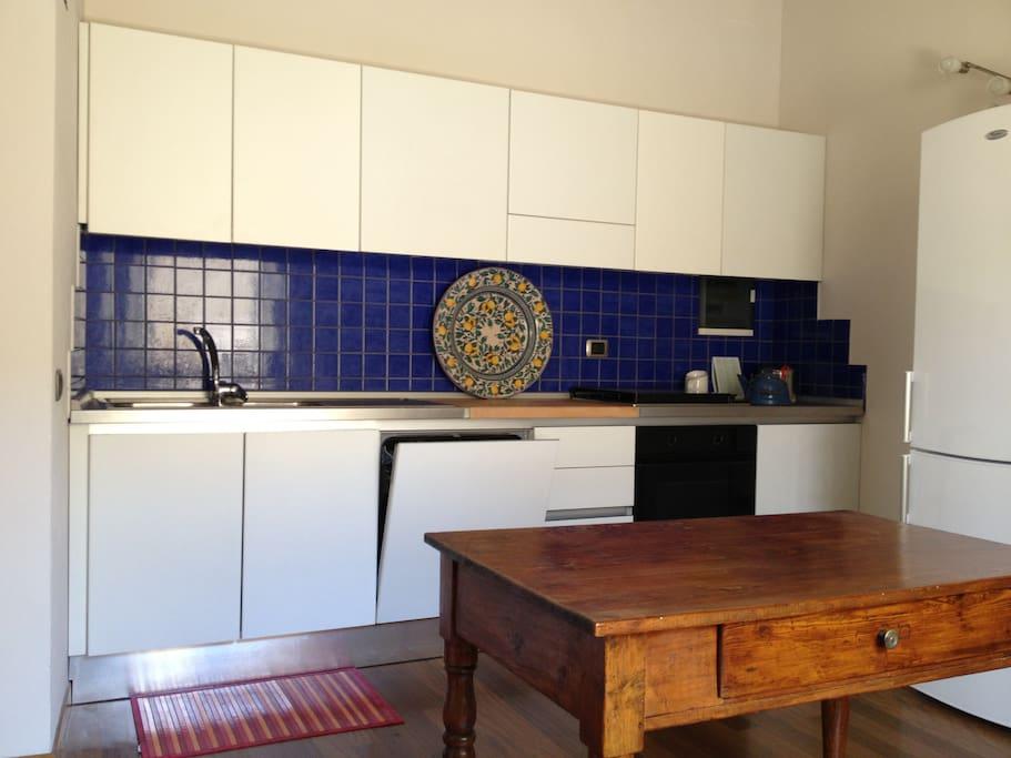 Kitchen with fridge, oven and gas cookers - Cucina con frigo, forno e fornelli a gas