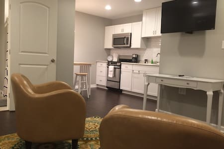 Clean, Modern, and Cozy Suite in Great Location - Σπίτι