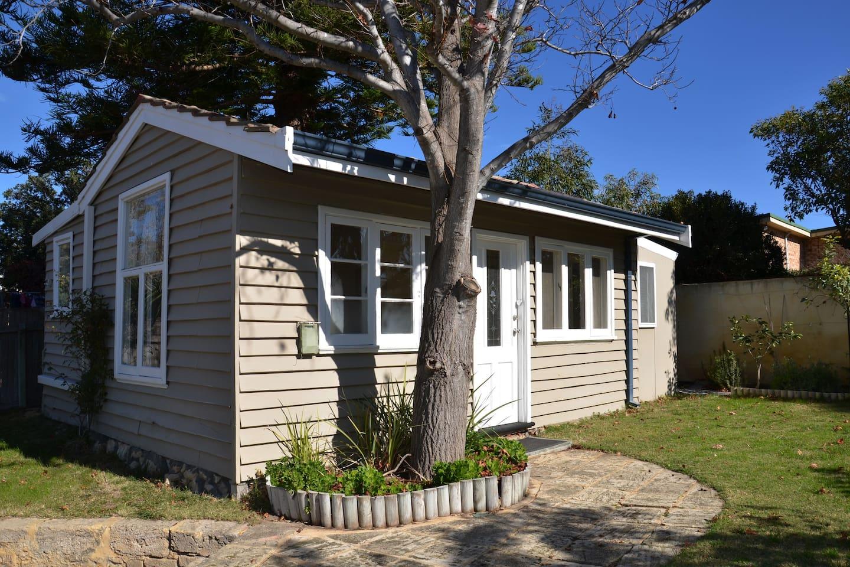 Sunny Beachside Cottage near Perth