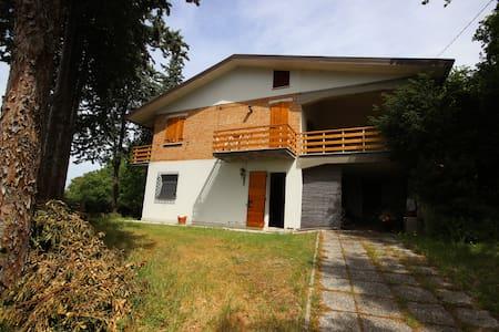 Una casa nel bosco a Verucchio. - Villa