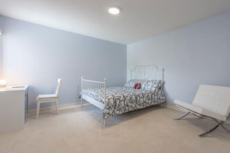 Rm2F spacious queen bed w/breakfast - Richmond