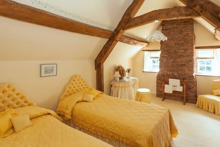 Yellow Twin Room @ Park Farm House - Cannington - Bed & Breakfast
