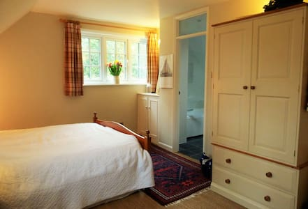 Large master bedroom with en-suite - House