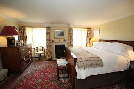 Super Manor House bed and breakfast 1 - Wikt i opierunek