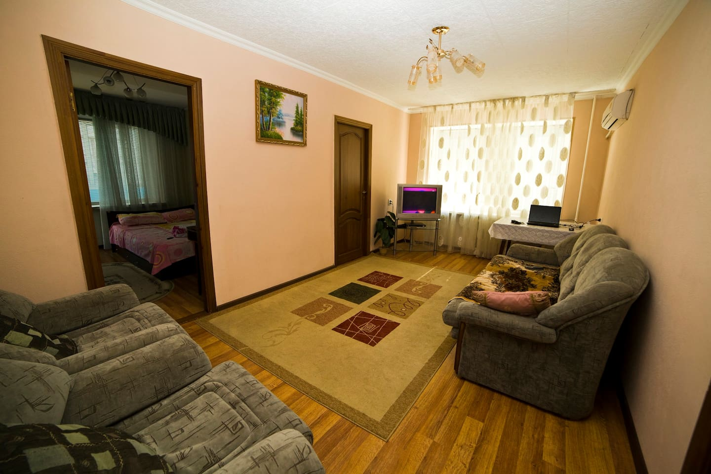 зал с диваном и креслами.