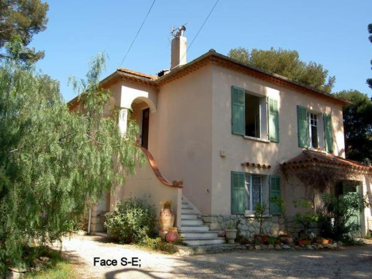 Appartement au 1ier étage de la Villa à 400m de la mer / One flat with 2 rooms at the first step o my house. 400 m from the sea