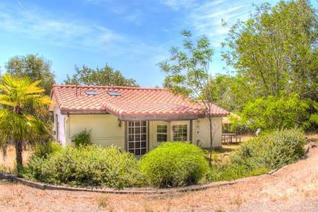 Romantic & Private Cottage + Deck - Coarsegold