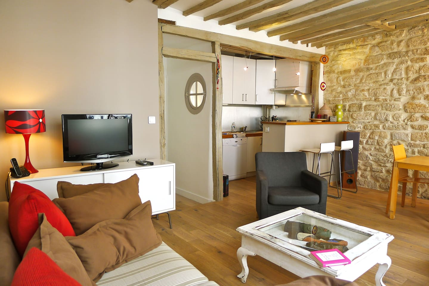 Living: comfy atmosphere with wooden floor, flat screen, stonewall, bar