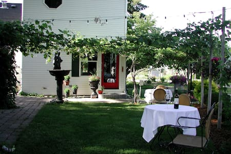 Cozy Rose Inn Luxury Bed & Breakfast - Grandview