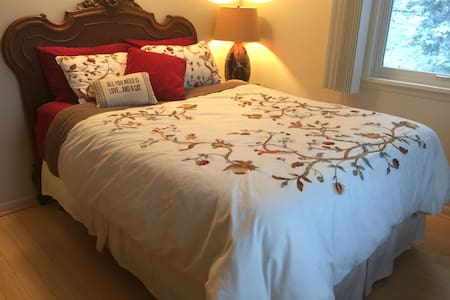 Tesla charger & room w private bath - East Peoria - House