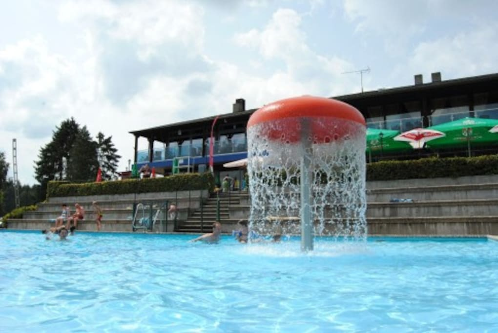 camping's outdoor swimmingpool, free for residents in the chalet