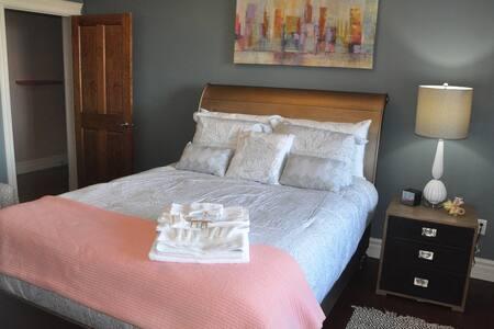 Luxury Suite with Sauna, Hot Tub & 3D Cinema - Bed & Breakfast