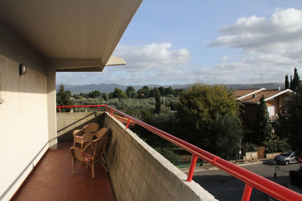 Ampio terrazzo con accesso dal soggiorno e da una camera