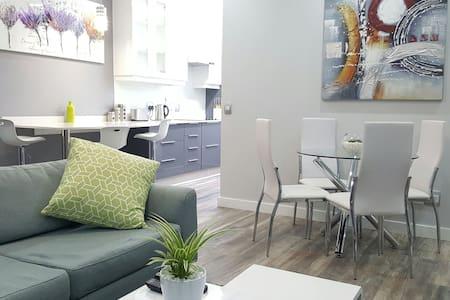 Modern 2-tone 2-bed suite. Heart of Sandton. Wifi - Sandton - Wohnung
