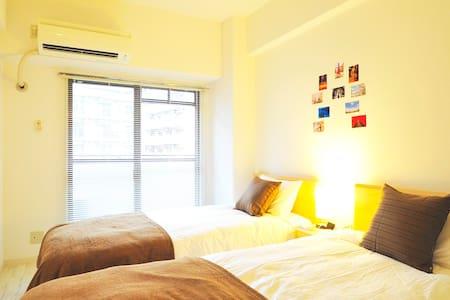 Twin bed room with film camera , Osaka - Kondominium
