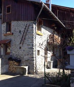 Chambre Cosy dans grange savoyarde - Hus