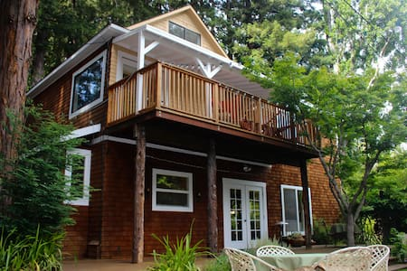 Private Redwood Grove Retreat in Downtown Larkspur - House