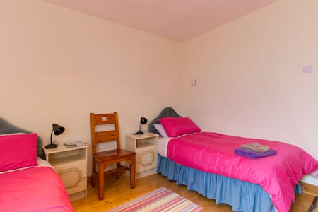 2 s/beds, 1st floor, bathroom next door, wifi - Dům