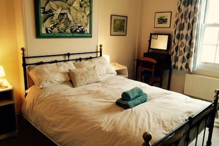 Light, spacious double room in Victorian house - Stamford