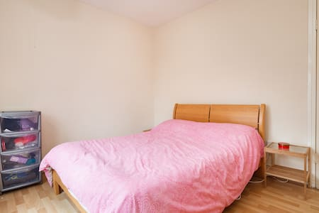 Clean & comfortable double bedroom. - Apartment