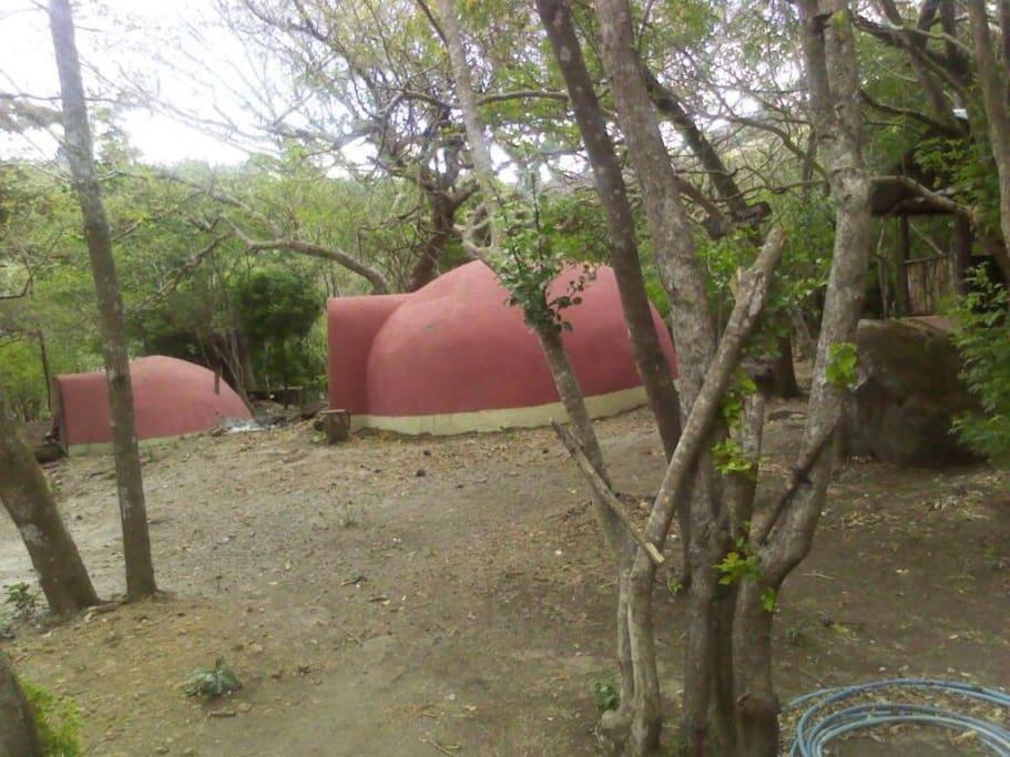 Vista de las chozas del área de campamento del proyecto