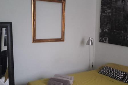 Amplia habitación en pleno centro de Barcelona. - Apartment