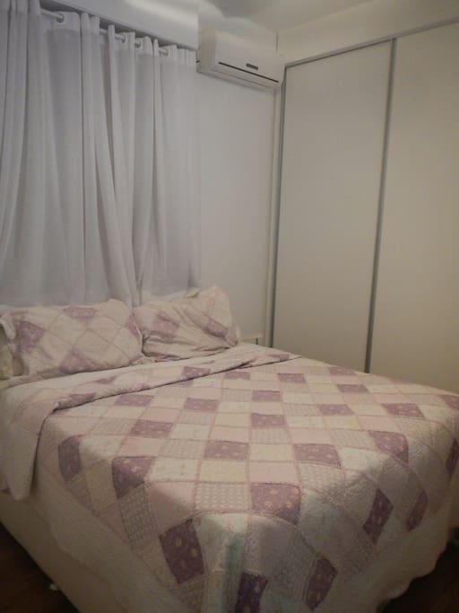 Quarto casal suite com ar-condicionado e TV a cabo.