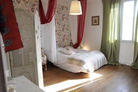 chambres dans maison bourg rénovée - Casa