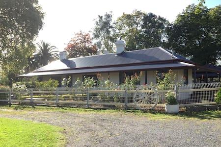 迷人的维多利亚玫瑰园洋房. Beautiful farm house. - Vila
