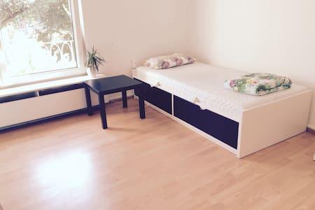 Bequemes Zimmer nur 6 Min vom HBF - Appartamento