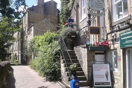 Robin Cottage, grade II listed, sleeps 4, central - Holmfirth - House