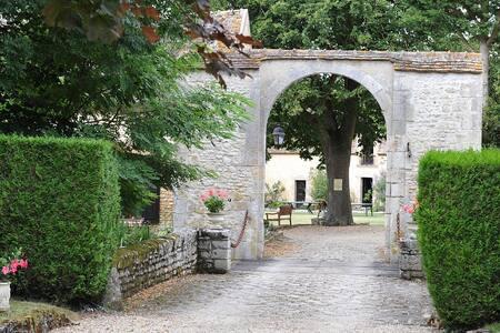 Chambres Marron, Noir, Jaune et Salon dans Chateau - Mignerette - Castle