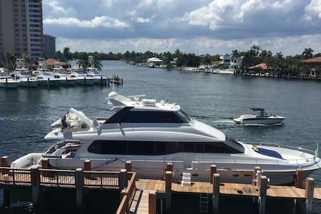 80' Yacht on Hillsboro Inlet - Hajó