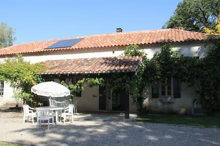Charmant familie huis met zwembad en uitzicht! - Cazideroque - House