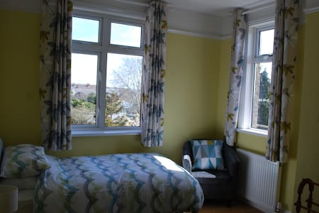 Comfortable room in excellent location. - Portsmouth - House