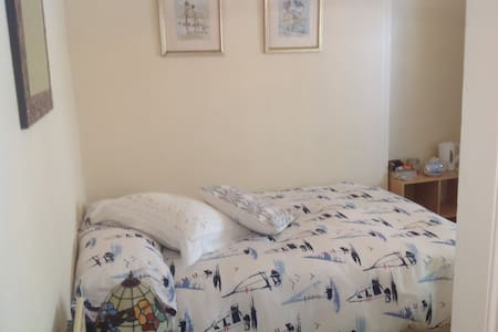 Small Garden room in Looe Cornwall - Bed & Breakfast