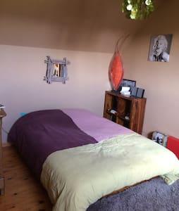 Chambre,coin bureau et tassimo à 10 mn de la plage - Haus
