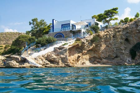 Luxury seafront house with balcony - House