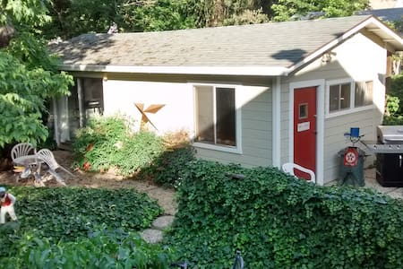 GREAT DOWNTOWN VALUE: Cute 600sf Guest house - Bungalow